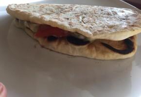 Pita con crema di melanzane, pomodoro e mozzarella